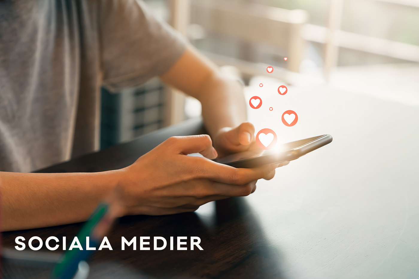Social media. Kvinnlig hand håller en smartphone